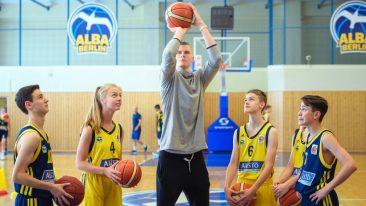 NBA-Star zu Besuch bei Alba: Ein Einhorn und sein Entdecker