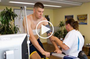 Rokas Giedraitis beim medizinischen Check im UKB