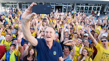 Alba-Fans feiern Aito Reneses und sein Team